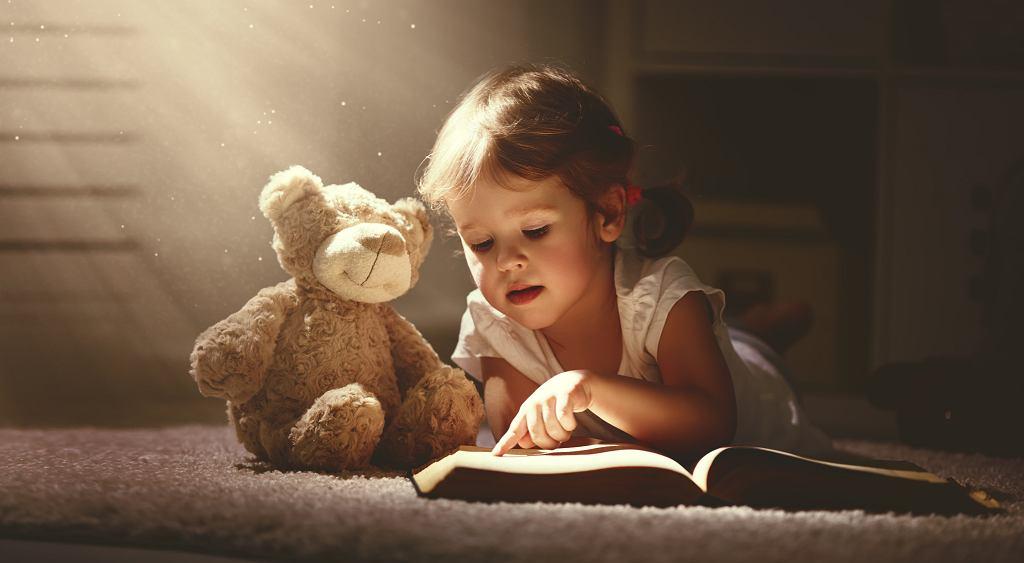 Książki i bajki dla dzieci zmuszają do myślenia i rozwijają wyobraźnię. Zdjęcie ilustracyjne, Evgeny Atamanenko/shutterstock.com
