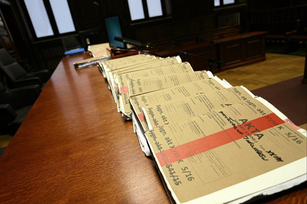 'Gazeta Wyborcza': Politycy PiS mieli wiedzieć o nagrywaniu ministrów rządu PO-PSL pół roku przed wybuchem afery podsłuchowej. Na zdjęciu: akta sprawy podczas procesu Marka Falenty