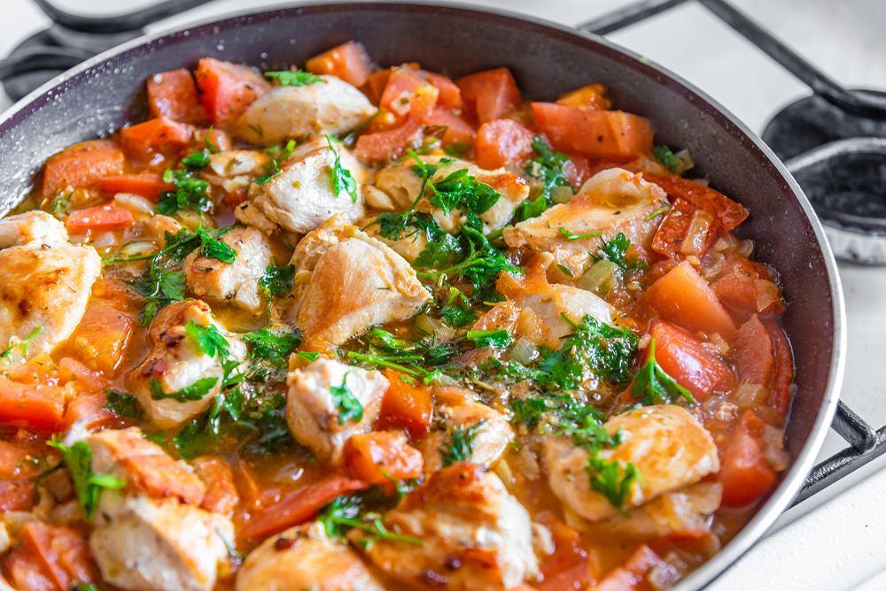 Gulasz z kurczaka to lżejsza alternatywa dla gulaszu z mięsa wieprzowego