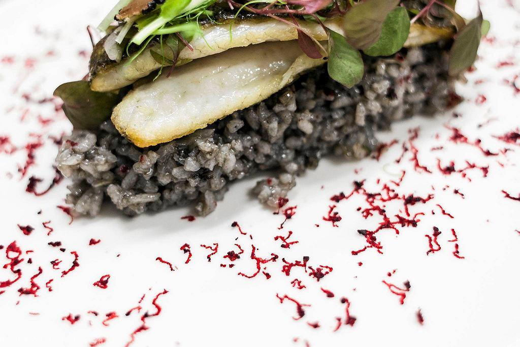 Okon morski z czarnym risotto i truflami z restauracji Zmiana Klimatu przy ul. Kruczej 16 / DAWID ZUCHOWICZ