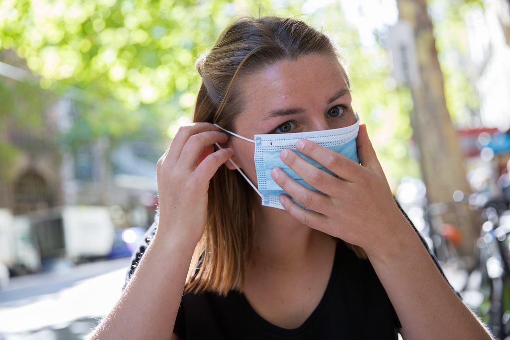 Jak oddychać w maseczce podczas ciepłych dni? O tym musisz pamiętać (zdjęcie ilustracyjne)