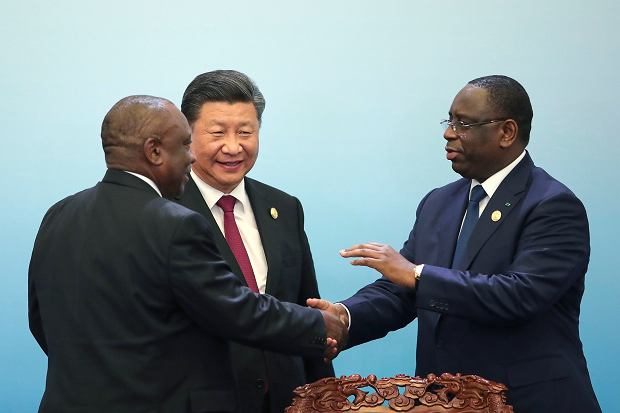 Forum współpracy chińsko-afrykańskiej w Pekinie. W centrum chiński przywódca Xi Jingping. Prezydent RPA Cyril Ramaphosa (z lewej) ściska dłoń prezydenta Senegalu Macky'ego Salla, 4 września 2018 r.
