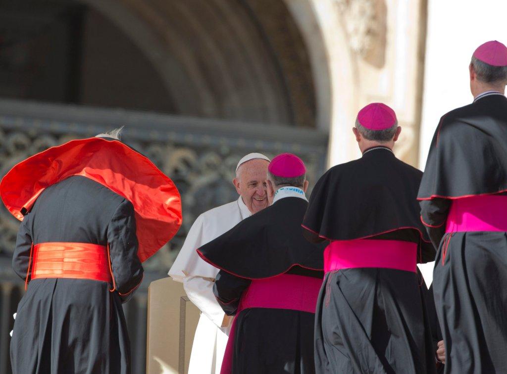 Papież Franciszek z kardynałami i biskupami (fot. Alessandra Tarantino/AP)