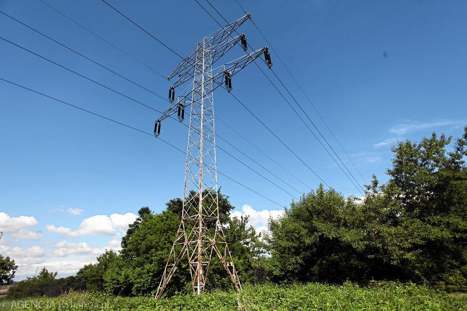 Linia energetyczna nad Jeziorkiem Czerniakowskim w Warszawie