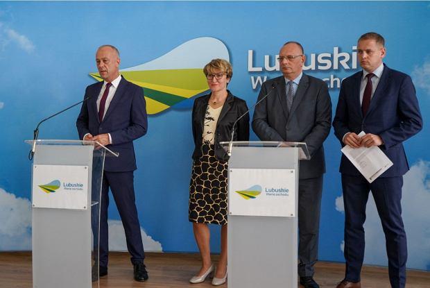 18 czerwca 2020 r. Lubuskie przejęło przewodnictwo w Konwencie Marszałków Województw RP. Na zdjęciu marszałek Elżbieta Polak oraz (od lewej) Marcin Jabłoński, Stanisław Tomczyszyn i Łukasz Porycki