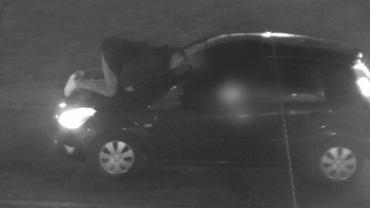Wszedł na maskę jadącego ulicą samochodu, powodując jej wgniecenie. Teraz szuka go policja