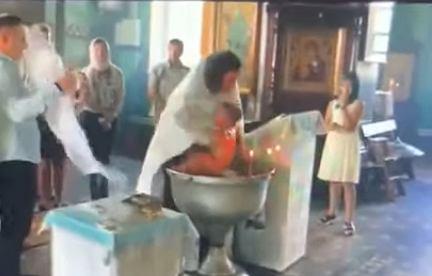 Rosja: Skandaliczny chrzest w Gatczynie. Duchowny zranił dziecko