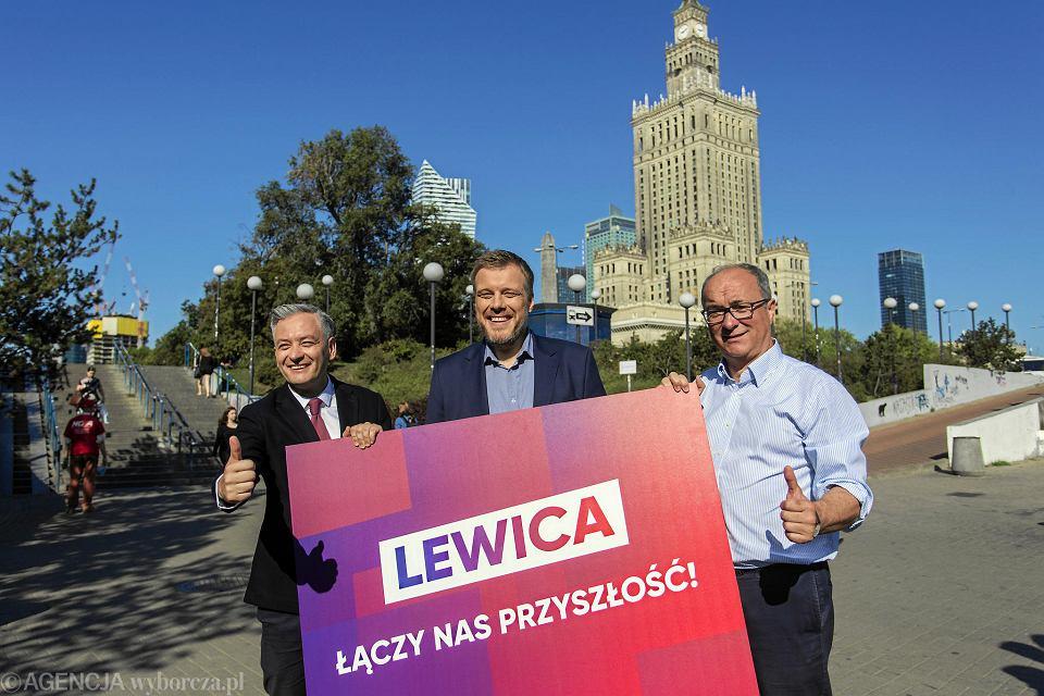 Robert Biedroń , Adrian Zandberg oraz Włodzimierz Czarzasty prezentują hasło wyborcze Lewicy .