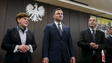 """Beata Szydło (na zdjęciu po lewej), szefowa sztabu Andrzeja Dudy, wyraża """"najwyższy niepokój"""" w kwestii nierównego traktowania kandydatów na prezydenta"""