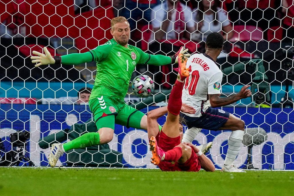 Kasper Schmeichel broni strzał Raheema Sterlinga w meczu Anglia - Dania na Euro 2020