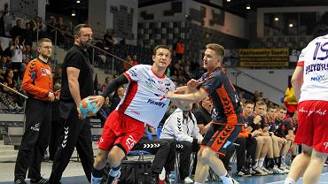 W rywalizacji Pogoń - Azoty 1-2. Przemysław Krajewski (biała koszulka)