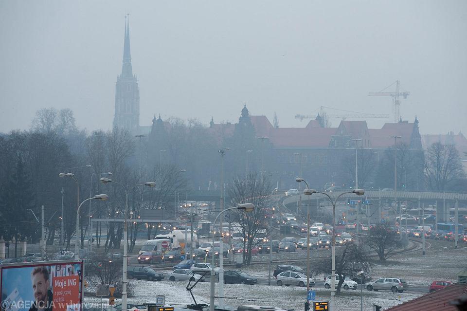 Aby zmniejszyć smog we Wrocławiu, trzeba m.in. ograniczyć ruch samochodów. Produkowane przez nie zanieczyszczenie jest dokuczliwe nie tylko zimą