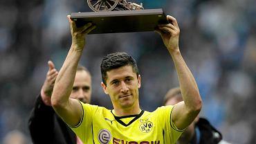 <b>Robert Lewandowski królem strzelców Bundesligi. Po raz pierwszy w historii Polak jest najlepszym strzelcem jednej z pięciu najważniejszych lig europejskich.</b><br> Na zdjęciu Lewandowski trzyma trofeum po meczu z Herthą