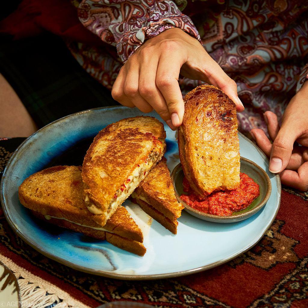 Tosty z serem, mięsem i harissą