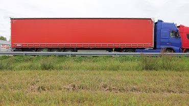 PCK apeluje o usunięcie czerwonego krzyża z rządowego transportu (na zdjęciu - w oczekiwaniu na zgodę na wjazd do Białorusi, Bobrowniki, 24 sierpnia 2021). 'Nie mamy z tym transportem nic wspólnego. Apelujemy o nie wprowadzanie opinii publicznej w błąd' - oświadczył PCK.