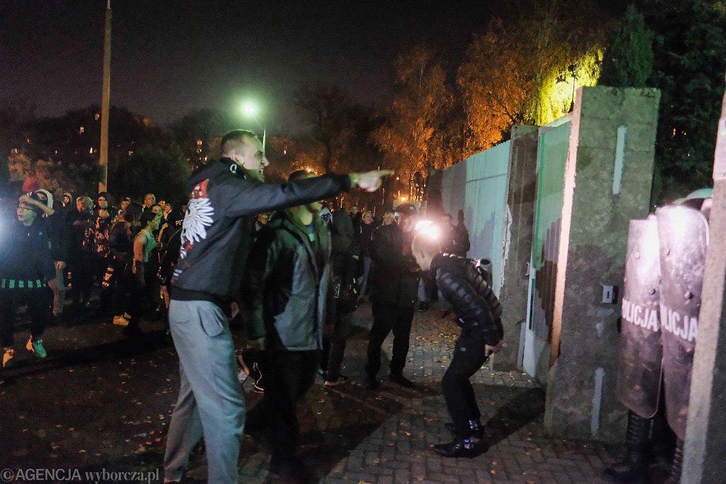 Zamieszki przed komendą policji w Koninie po śmierci 21-latka