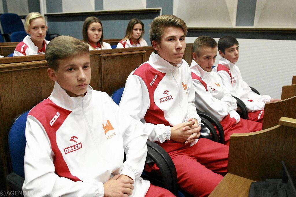 Młodzi piłkarze podczas ceremonii wręczania nominacji olimpijskich w ratuszu