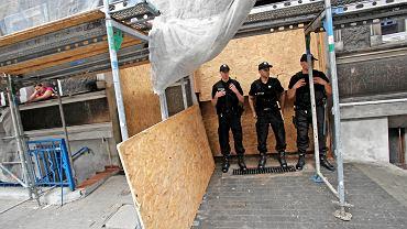 17 sierpnia 2012 r. Policjanci przed zabarykadowanym wejściem do kamienicy przy ul. Stolarskiej 2 w Poznaniu. Barykadę z desek zbudowali lokatorzy, by bronić się przed 'czyścicielami' kamienic