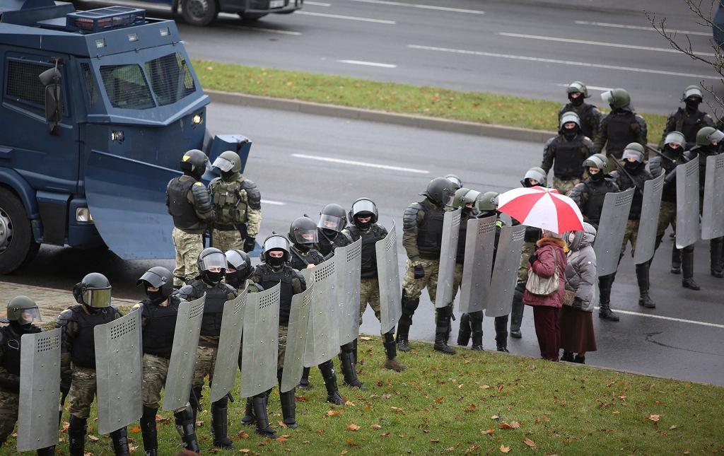 Milicjanci blokują ulicę podczas antyrządowego protestu w Mińsku, 8 listopada 2020 r.
