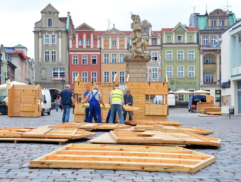 Stary Rynek w Poznaniu. Montaż stoisk przed Jarmarkiem Świętojańskim w 2016 roku