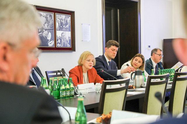 Posiedzenie Polonijnej Rady Konsultacyjnej (w środku Maria Szonert-Binienda), fot. Senat