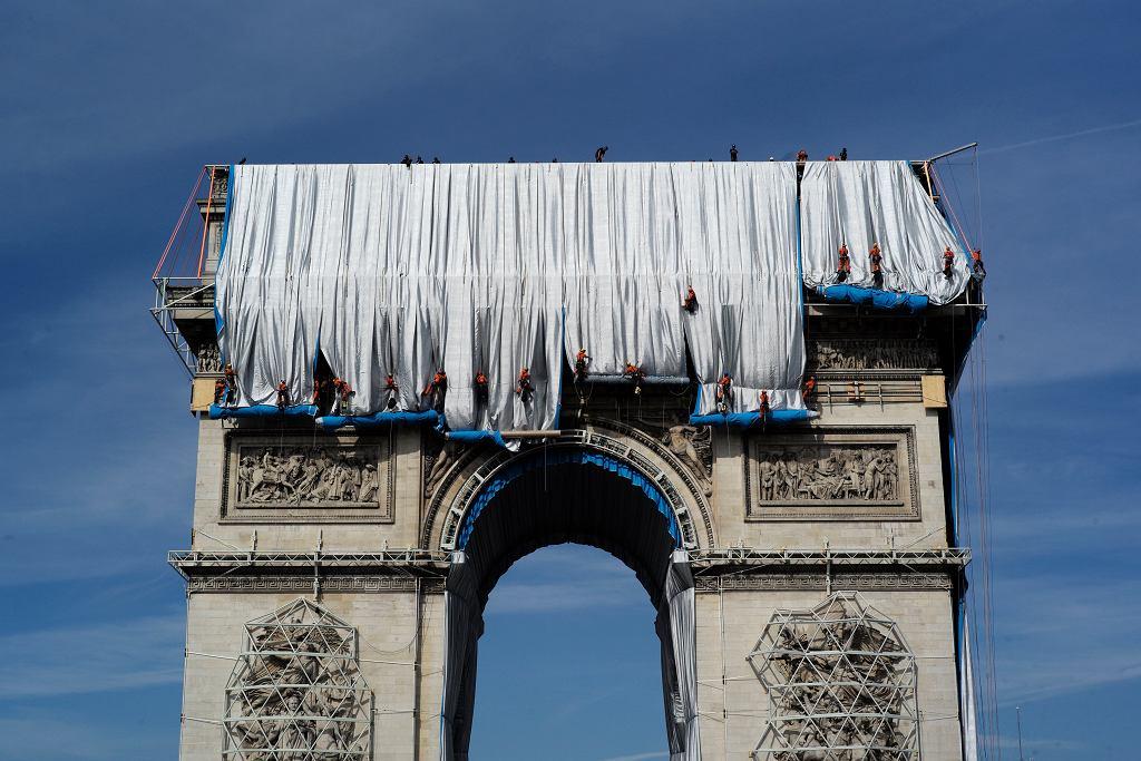 Łuk Triumfalny w Paryżu został owinięty tkaniną