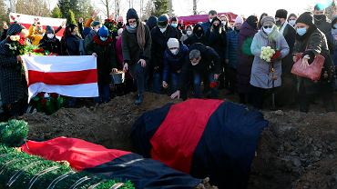Tłumy na pogrzebie Romana Bandarenki, opozycjonisty skatowanego na śmierć na komendzie, Mińsk, 20 listopada 2020.