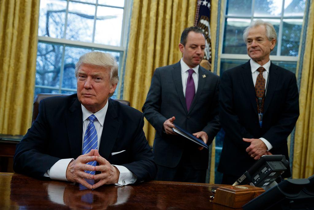 Donald Trump i jego doradcy. Pierwszy od prawej Peter Navarro, szef Narodowej Rady Handlu.