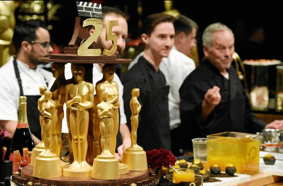 Statuetki Oscara pokryte 24-karatowym złotem przygotowane na bal u gubernatora. To już 25. bal, na którym potrawy przygotowuje szef kuchni Wolfgang Puck