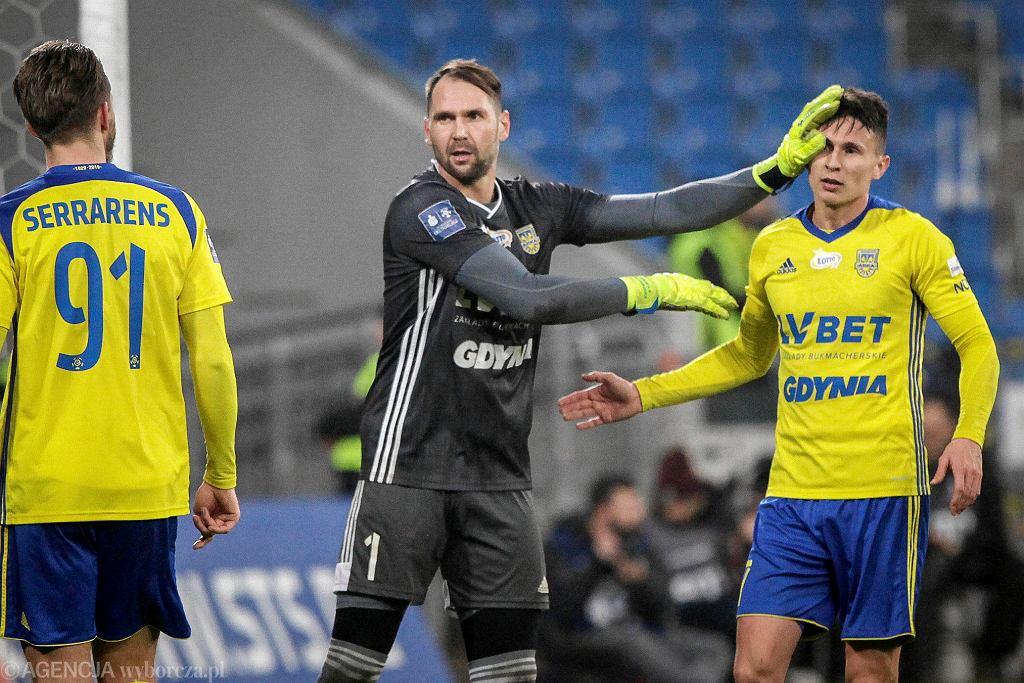 Piłkarze Arki Gdynia (z lewej Pavels Steinbors, obok Maciej Jankowski) zaczynają rundę wiosenną w cieniu zawirowań organizacyjnych klubu