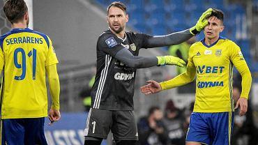 Piłkarze Arki Gdynia (z lewej Pavels Steinbors, obok Maciej Jankowski) po urlopowej przerwie wrócą do treningów 9 stycznia