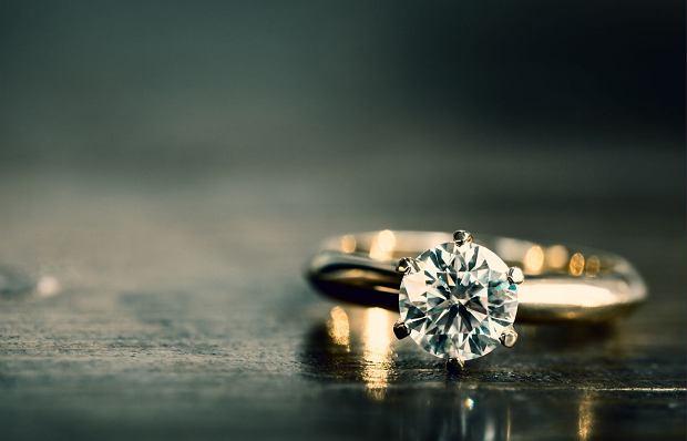 MARCIN: Po półtora miesiąca wiedziałem: ta albo żadna. Pierścionek z brylantem zrobił nasz przyjaciel. Oświadczyłem się w czerwcu / Fot. zdjęcie ilustracyjne Shutterstock.com
