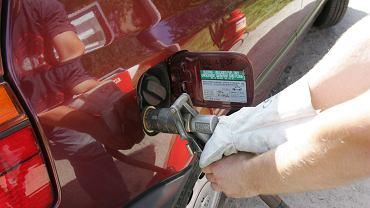 Tankowanie samochodu gazem LPG.