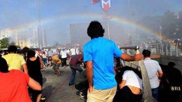 Tęcza podczas Gay Pride w Stambule