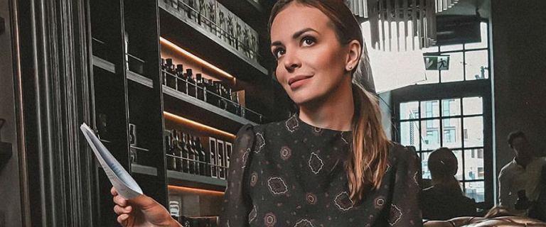 Anna Wendzikowska w studiu programu śniadaniowego zachwyciła swoją stylizacją pełną klasy. Ma na sobie garnitur marki polskiej projektantki