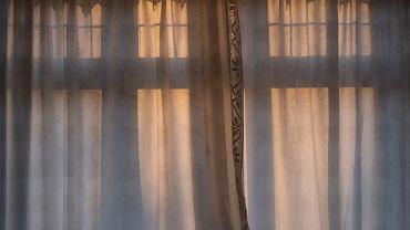 białe firanki, zdjęcie ilustracyjne