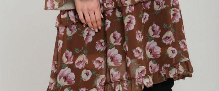 Kwieciste sukienki w zimowej odsłonie. Zobacz z czym je łączyć i jak nosić