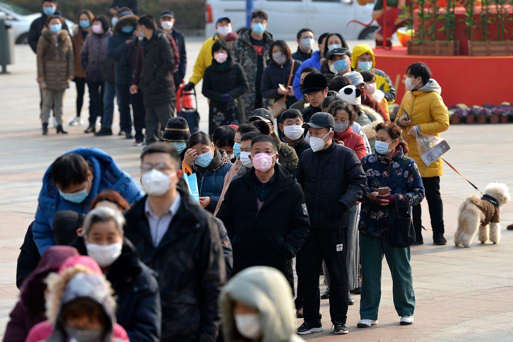 Kolejka do zakupu maseczek chirurgicznych w Nanjing w Chinach