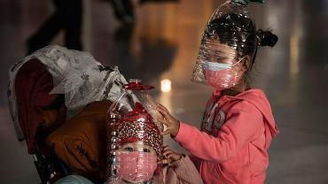 30.01.2020, dzieci na lotnisku w Pekinie w prowizorycznych maskach.