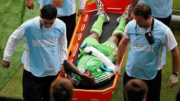 Michael Babatunde znoszony z boiska podczas meczu Nigerii z Argentyną