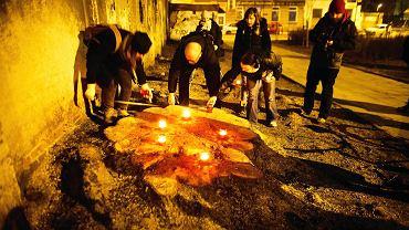 Stare Polesie. Mieszkańcy zapalają znicze dla drzew, które wycięto przy okazji... zazieleniania dzielnicy.