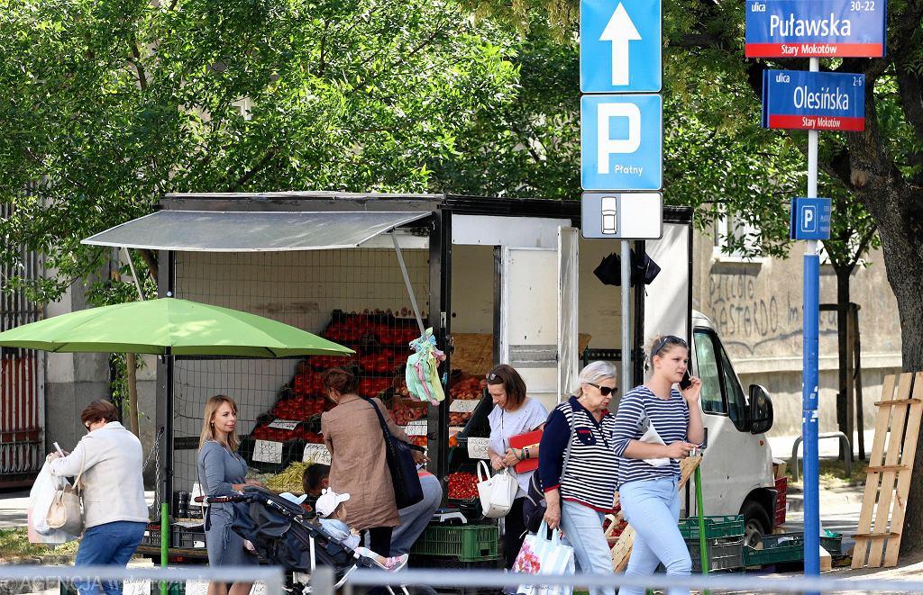 W Warszawie jest blisko 30 lokalizacji, w których na stałe prowadzony jest nielegalny handel.