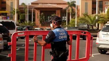 25.02.2020 Hiszpania, Teneryfa. Policja zabezpiecza teren przed hotelem  H10 Costa Adeje Palace.