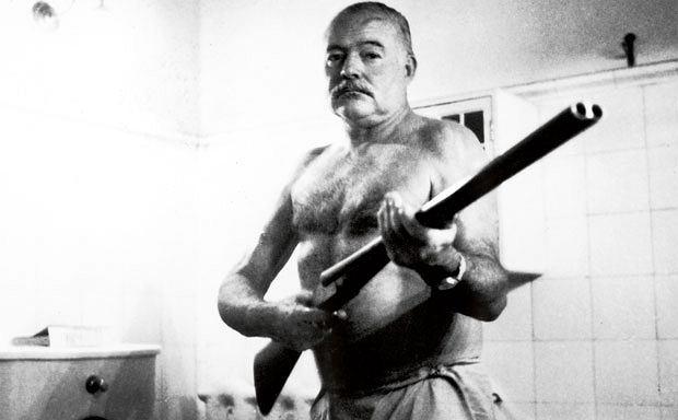 logo z klasą, Ernest Hemingway: człowiek, który wymyślił męskość, Ernest Hemingway z bronią w domu