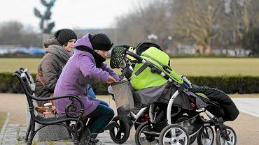Nadal dziećmi w Polsce zajmują się głównie mamy