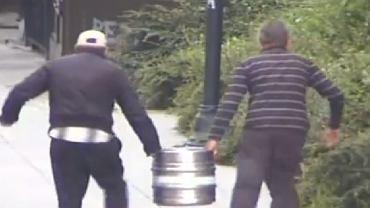 Pijani mężczyźni ukradli w Bydgoszczy beczkę piwa