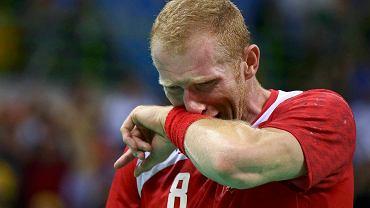 Polscy piłkarze ręczni po dramatycznym meczu przegrali po dogrywce z Danią 28:29 i nie zagrają w finale igrzysk olimpijskich. Zawodnicy dali z siebie wszystko i byli załamani po meczu tą wielką, niewykorzystaną okazją. Na zdjęciu: płaczący Karol Bielecki