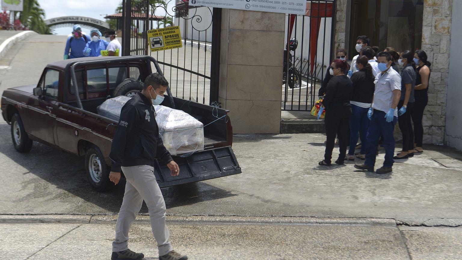 Pandemia koronawirusa. W Ekwadorze służby nie odbierają zwłok. Mieszkańcy muszą wynosić je na ulice