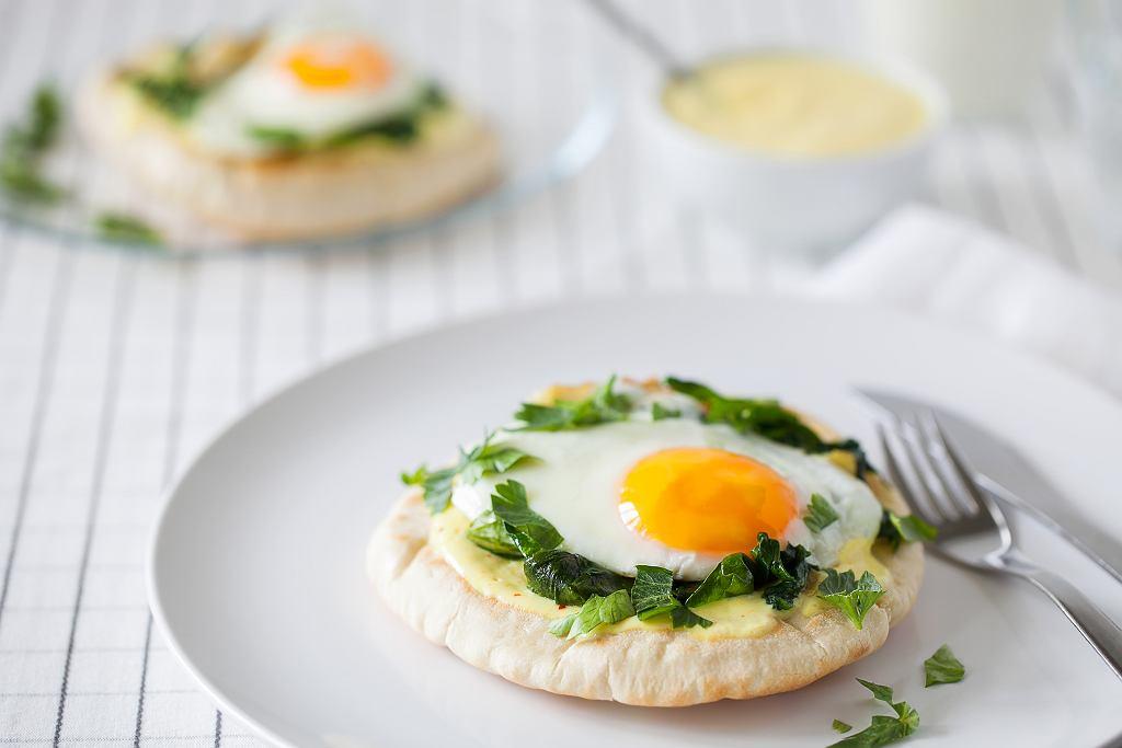 Chlebek pita z pastą warzywną, szpinakiem i jajkiem sadzonym