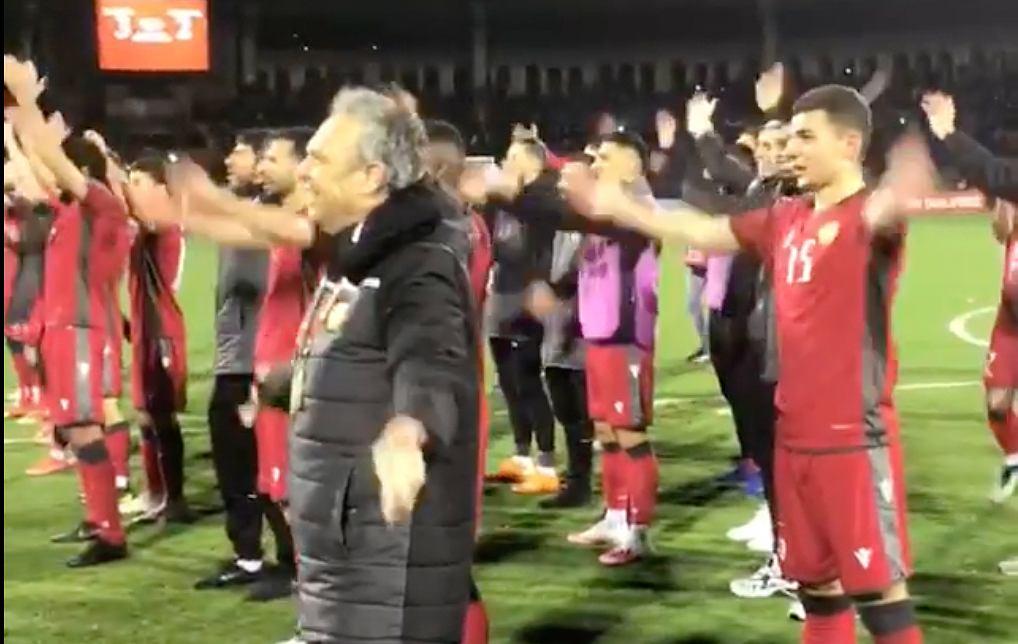 Joaquin Caparros (w czarnej kurtce) i reprezentaci Armenii celebrujący triumf nad Rumunią